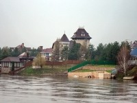Вода реки Москва наступает на замки