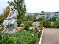 Памятник Горькому во дворе Константиновской школы