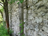 Старая стена из известняка