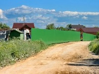 Забор вдоль ручья Подцепня на границе Титово и Нижнего Мячково