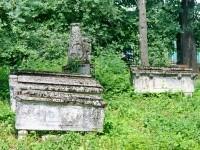 На заднем плане - пирамидальный обелиск  1810-1820 год, памятник культуры