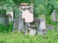Надгробия 19-го века различной формы, в том числе надгробие с христом - памятник культуры