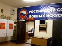 Кабинки для голосования и в другой комнате места членов УИК