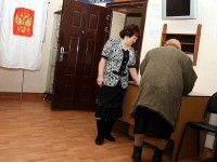 Наблюдатель помогает избирателю