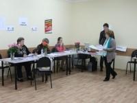 Секретарь передает членам комиссии бюллетени