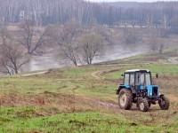 Трактор на берегу Пахры в Зеленой Слободе